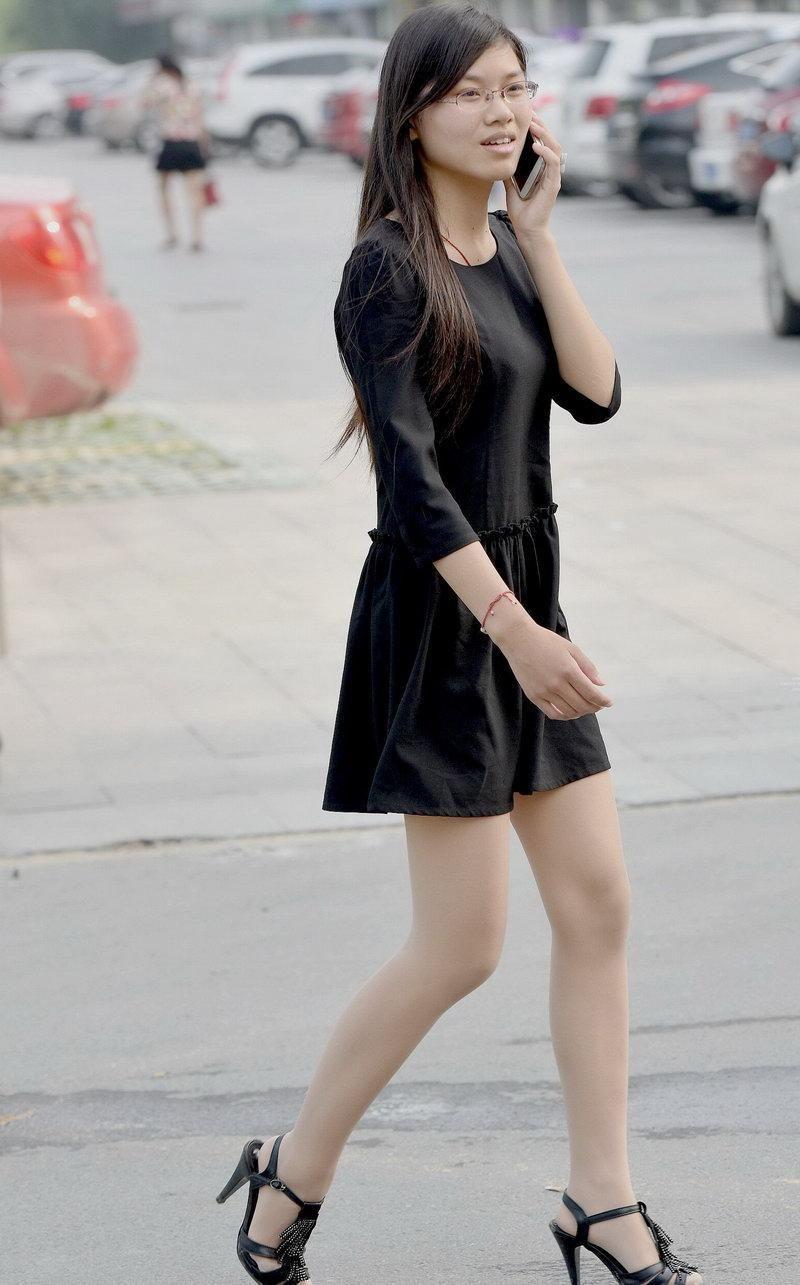 内衣丝袜电影_蓝月帝国街拍:电影院门口的广场街拍的丝袜美女