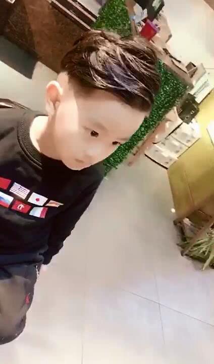 表情超委屈的小男孩要剪头发,没想到剪成了一位小男神