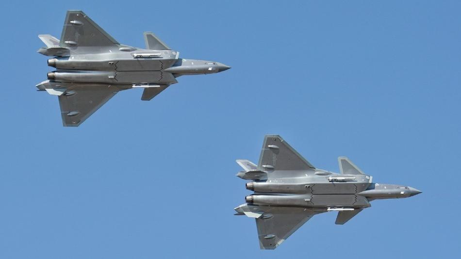 空军开放日歼20双机编队亮相 挂弹进行飞行表演