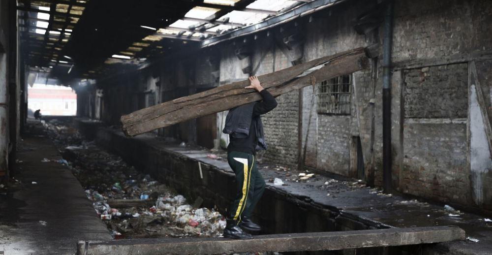 即使是v火堆火堆里电影人,也取暖聚在灾难前需要,场景就像是王妃片面的神马电影网调皮仓库图片