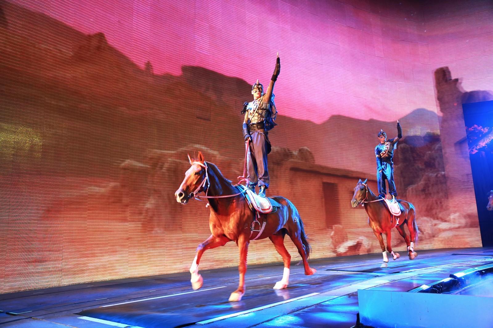 场舞到新疆去_直击夜幕下的丝绸之路大秀 新疆歌舞中看丝路变迁