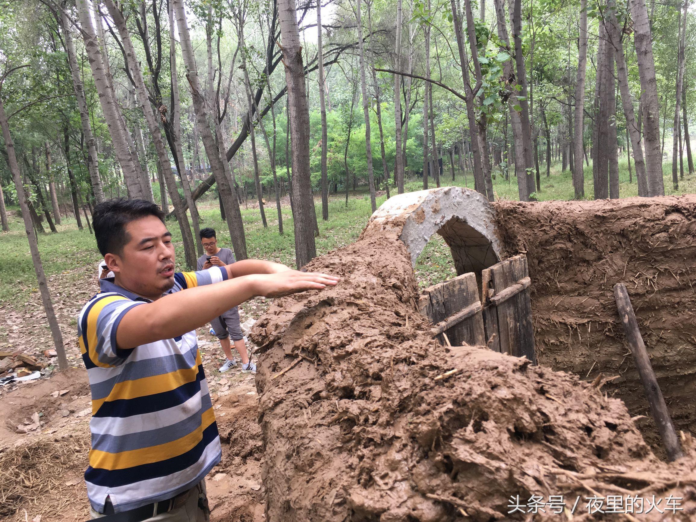 河南农村小伙村外花费数百天自盖泥巴别墅 可做饭可睡觉