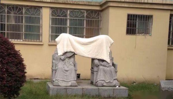 难怪我们学校不准在雕像上晒被子