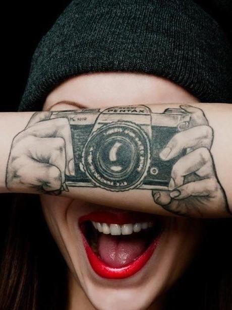 纹身,又叫刺青,是用带有颜色的针刺入皮肤底层而在皮肤上制造一些
