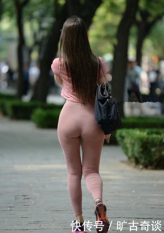 瑜伽裤美女穿搭秀小蛮腰,这体型真心赞,引得路人来拍照,大秀好身材