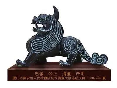 凶(没有日本徽章那么萌)的长角怪兽, 可是大有来头,它叫獬豸(xiezhi)