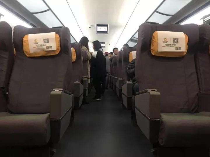 该组动车配有一节一等座车厢,一共有48个座位.↓↓↓图片