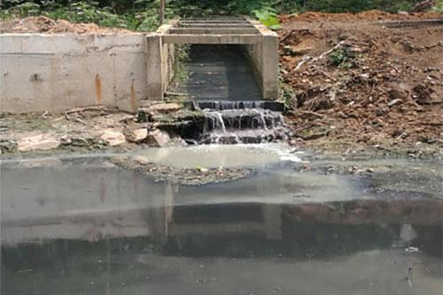 广东清远,裹挟着垃圾的污水倾流而下进入海仔大排坑。图片来源:生态环境部