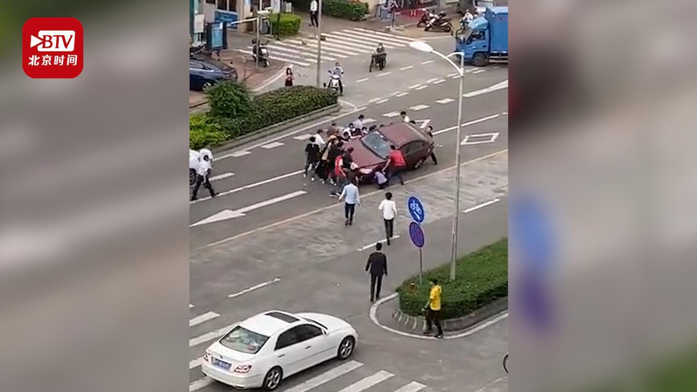 女子骑摩托遇车祸被卷入车底 路人瞬间围拢合力抬车救人