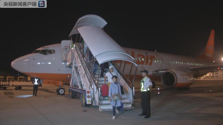5月1日零时40分许,从韩国首尔仁川机场起飞的7C8601航班平稳降落在三亚凤凰国际机场,这是海南正式实施59国人员入境旅游免签政策后首个到达的国际航班,其中有159名免签游客。当天,还有俄罗斯、哈萨克斯坦等国家的免签游客在三亚入境。   据了解,59国人员入境免签政策主要包含三方面内容: 一是扩大免签国家范围。适用入境免签政策的国家由26国放宽到59国。 二是延长免签停留时间。免签入境后停留时间从15天或21天统一延长至30天。 三是放宽免签人数限制。在保留旅行社邀请接待模式的前提下,将团队免签放宽为
