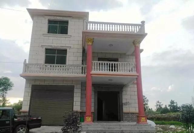 房子外觀,外墻貼了瓷磚,樣子還好.雖然是三層,但看起來并沒有那么大.