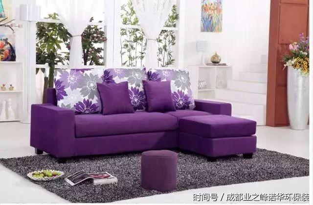 如果在客厅,紫色的窗帘和沙发便足以令空间眼前一亮了.