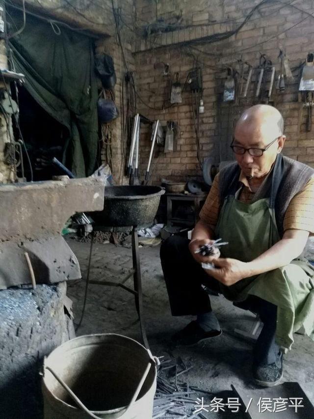 """图/文 安振忙 铁匠铺 打铁铺也称""""铁匠炉""""."""