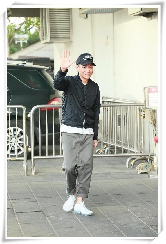 男生穿纯白色的运动鞋,应该搭配什么样的裤子和什么颜色的袜子