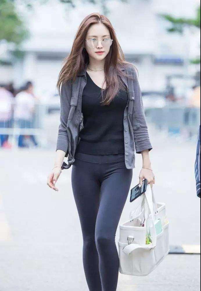 街拍:气质美女穿着紧身裤,彰显完美好身材
