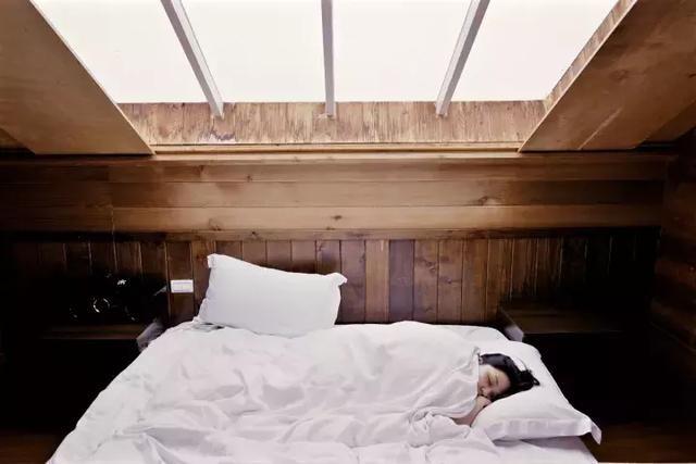 女的为什么不能裸睡_女朋友总喜欢裸睡怎么办?好尴尬!