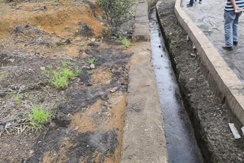 督察组在曲靖市有关企业督察时发现,从水沟中清理出的含重金属废渣随意丢弃。图片来源:生态环境部