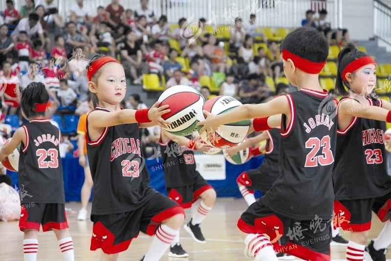 本次幼儿篮球表演操比赛共有汉江师范学院桐华幼儿园等10家幼儿园,13