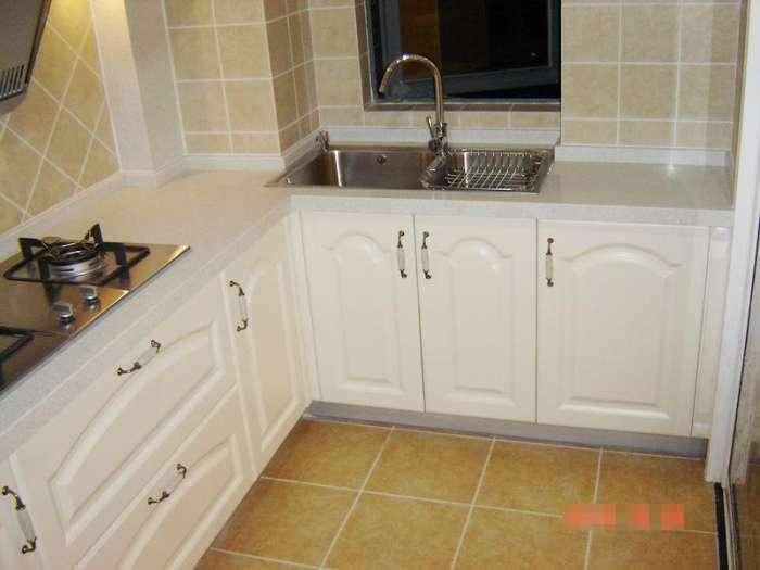 l型的偏小户型厨房, 橱柜门的拉手采用的也是欧式复古风格的拉手,契合