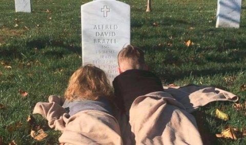 两个孩子在父亲墓碑前睡午觉 故事令人心碎!