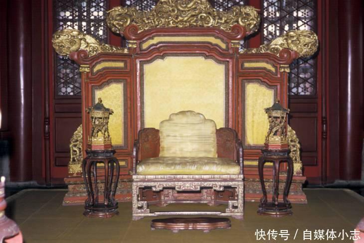 千佰莉女靴正品专�_老照片:1973年的北京故宫 游客还可以进到金銮宝殿
