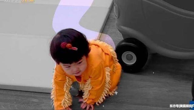 咘咘扶着波妞学走路,认真的样子很可爱,贾静雯却把波妞当成拖把