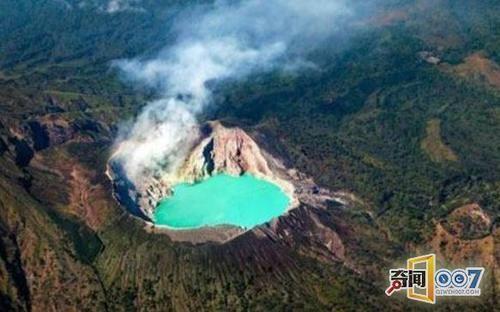印尼卡瓦伊真火山:游客蜂拥着去印尼爪哇岛是为了亲眼目睹壮观的卡瓦