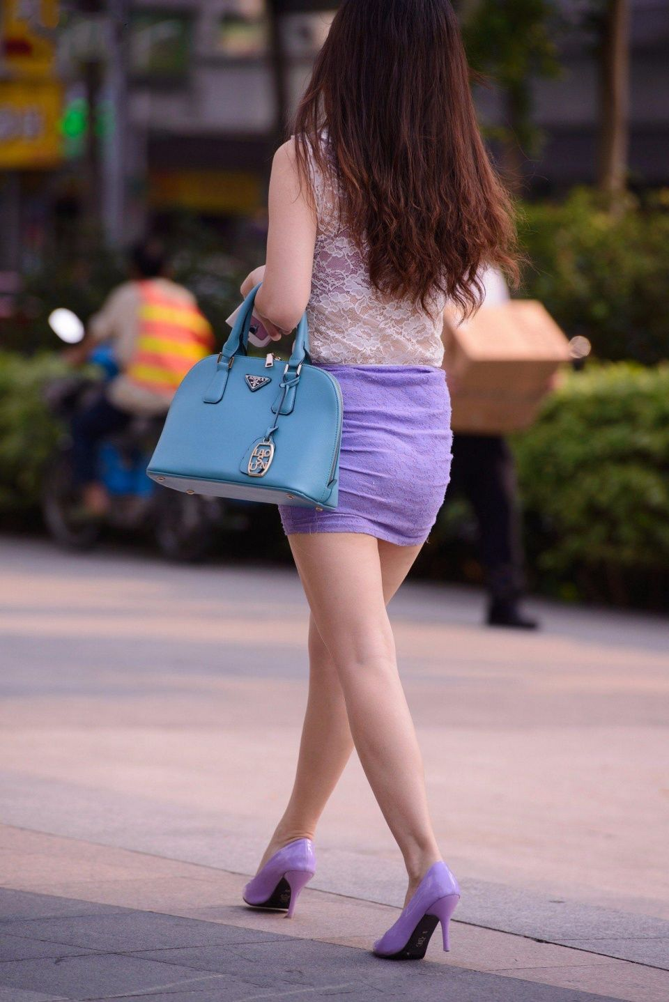 街拍美女:唯美短裙搭配高跟鞋突出女人味