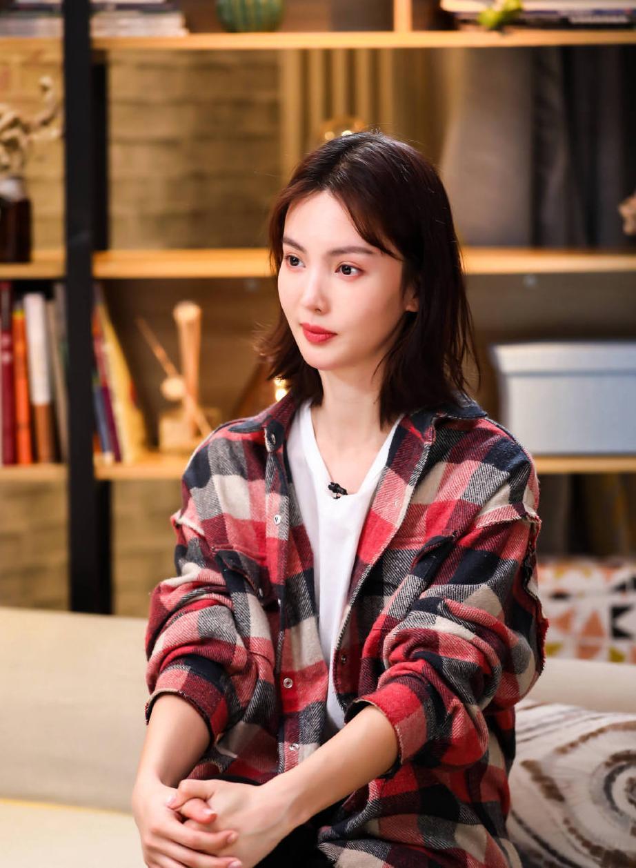 """29岁金晨又""""火""""了,波波头短发搭配格子衬衫造型,清爽图片"""