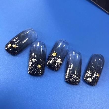 美甲步骤一:首先准备好的透明底胶,或者为指甲涂抹一层纯色底色.
