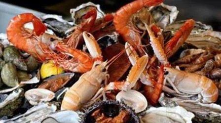 旅行去美国海鲜自助餐厅,全程只拿龙虾帝王蟹,结账时候我愣住了