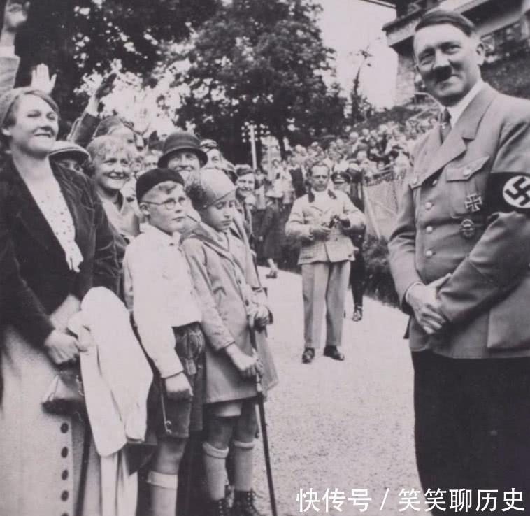 """希特勒罕见日常照:在他妻子相册中,""""纳粹元首""""笑得像个孩子!"""