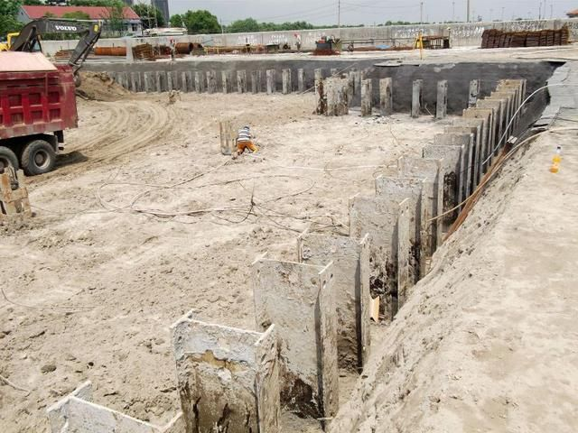bb插入的直喷水_型钢水泥土搅拌墙是一种在连续套接的三轴水泥土搅拌桩内插入型钢形成