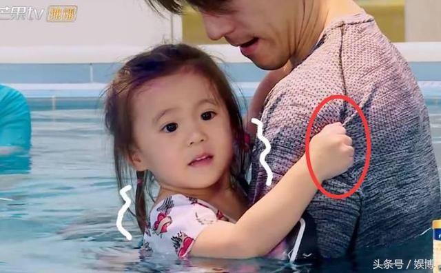 咘咘怕水全程紧抓修杰楷,而波妞的反应呆萌又可爱,贾静雯很惊讶