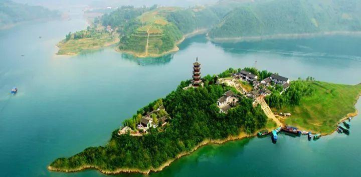 瀛湖位于陕西省安康市城区西南16公里处,是西北五省最大的淡水湖,素有
