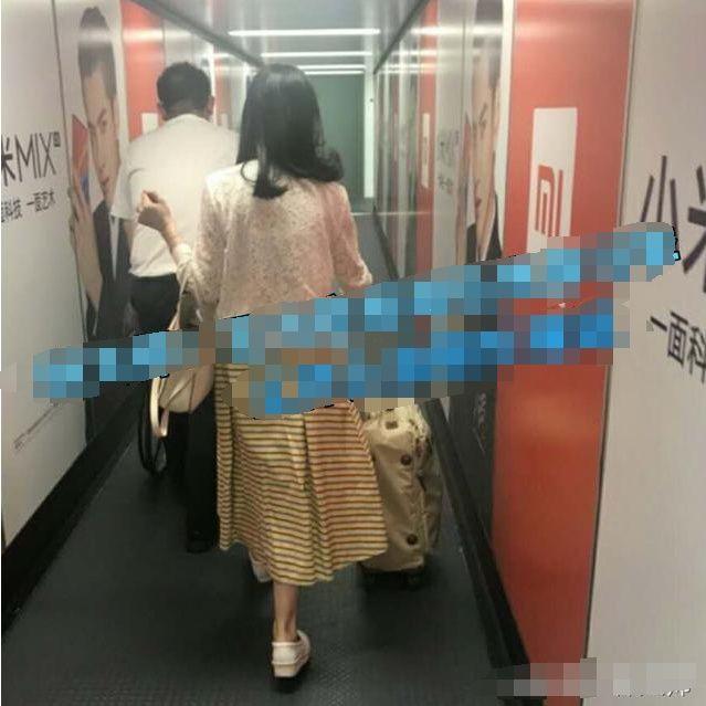 李瑶敏_网友在飞机上见陈飞龙和李瑶敏相谈甚欢,想必是合作伙伴关系,一起
