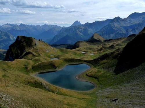 """大自然的美景,世界上那些""""心""""型的湖泊,大自然的奇迹"""