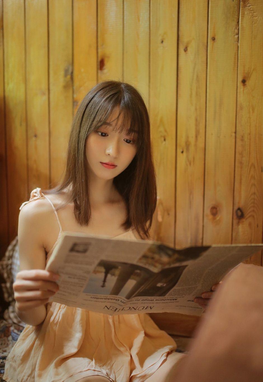 白皙肌肤小清新,萝莉美女看书写真图片