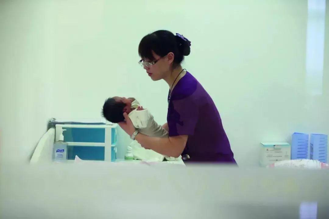 (北京一家高端妇产医院内,医护人员正在照护一名新生儿.