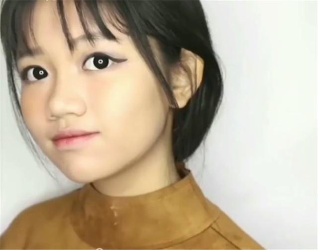 15岁的女孩长相成熟,化妆手法熟练让人感叹,脸上失去孩子的稚气