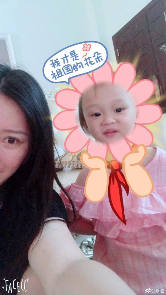 """网友纷纷评论称""""小宝宝好可爱呀"""",""""两位祖国的花朵好美哟""""."""