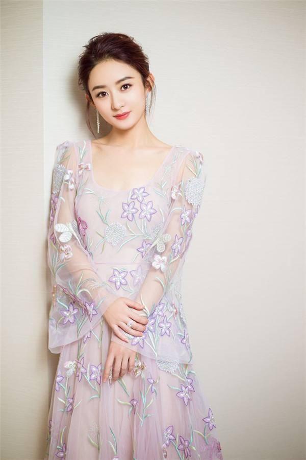 赵丽颖身穿露背薄纱长裙,盘起头发扎起可爱的麻花辫,白皙的肌肤,萌萌