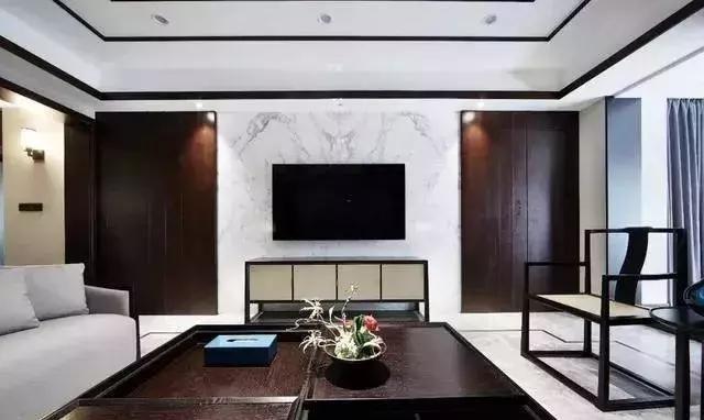 与地面金色线条呼应 同样是对称式电视背景墙 透过大理石与木质饰面图片