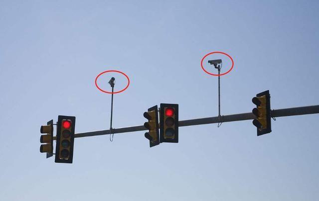今天看到一个背对着红绿灯的,三个白色方块三个黑色圆形组成