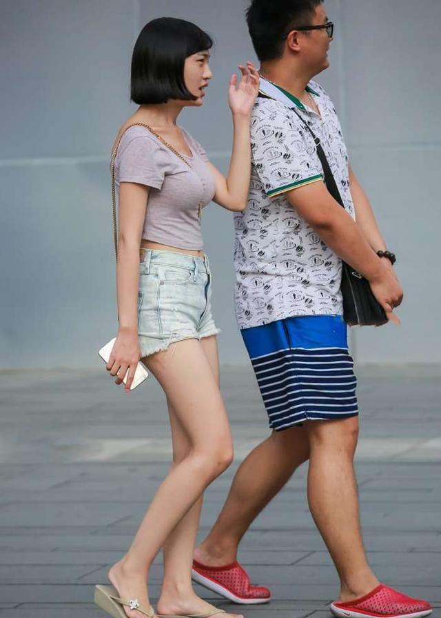 街拍丝袜:丰盈极致美女,女神洁白大长腿,颜值满短裤美女v丝袜图片