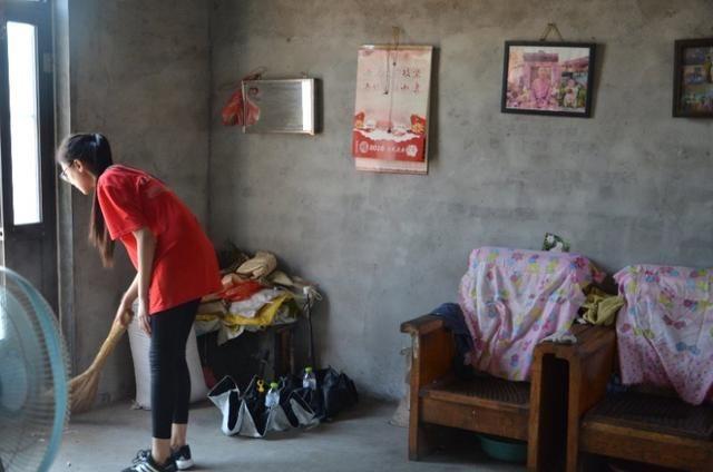 帮老人干家务活,这位女志愿者正在给老人扫地.图片