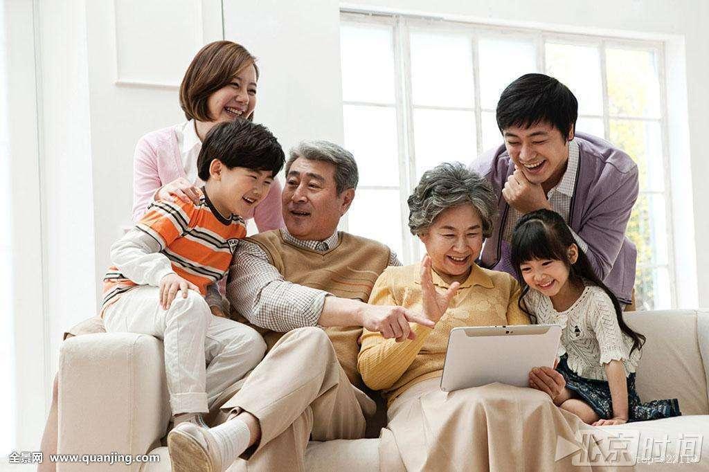 八成城市家庭老人带孩子 三代同堂对成长最有利