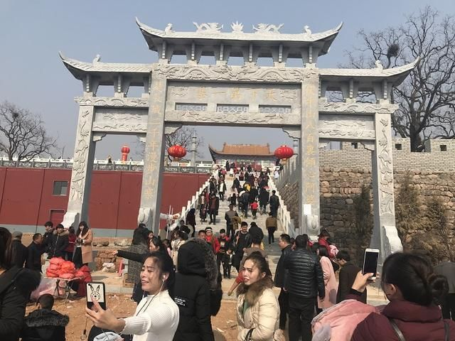 2月16日,农历戊戌年大年初一,阿婆寨风景区迎来众多游客前往大雷音寺
