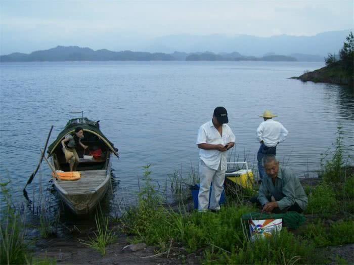 猎人渔村穿越在河边捡美食,一天捡20斤,还女之老人主喜欢宝贝图片