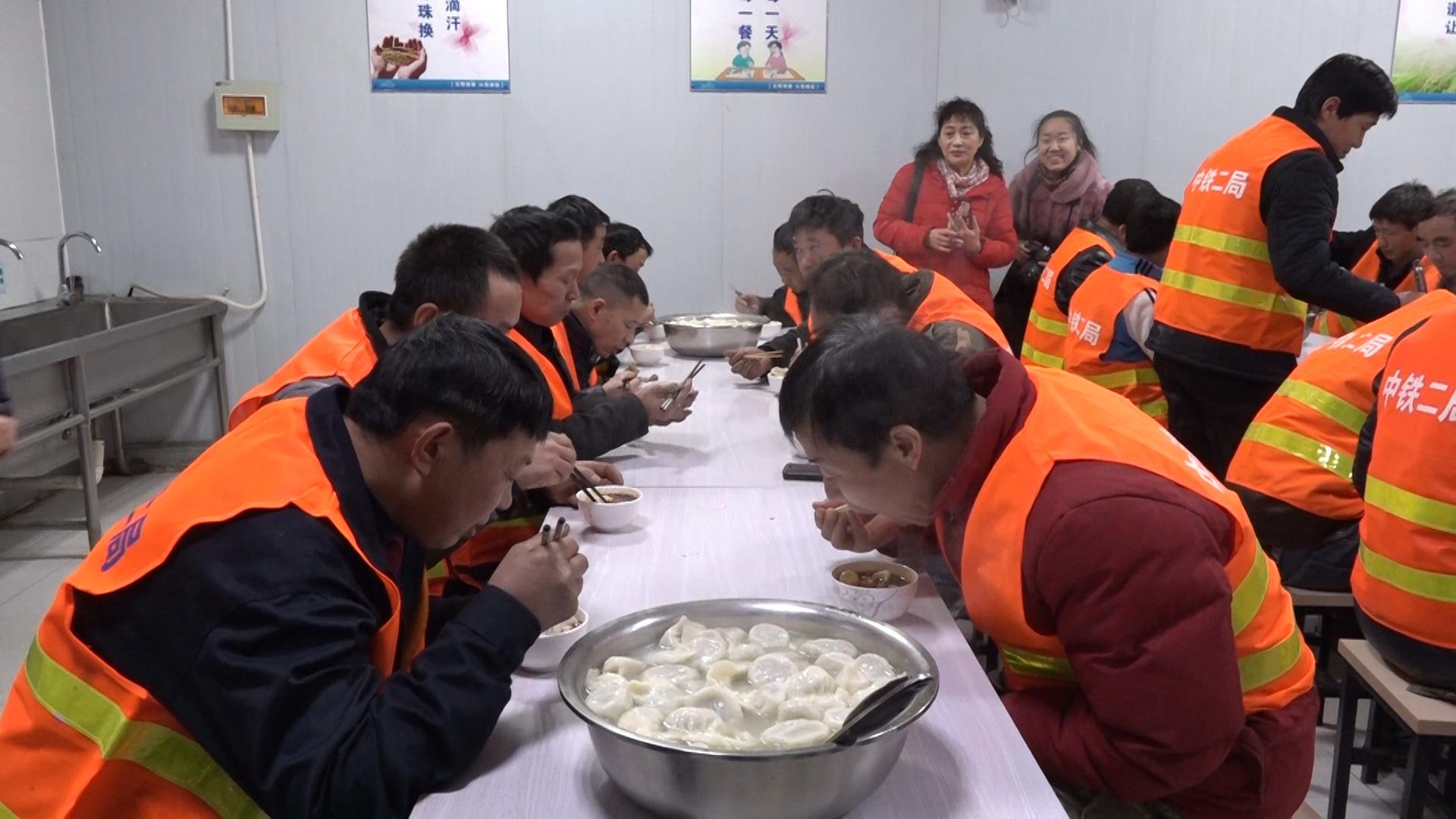 """要弄啥?地铁12号线施工现场""""惊现""""100斤菜肉大饺子"""